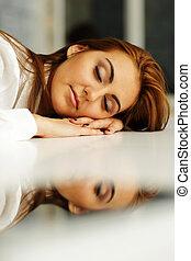 jovem, executiva, caído, adormecido, em, escritório, tabela