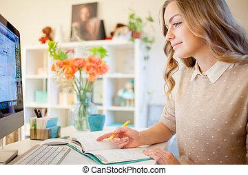 jovem, executiva, sentando escrivaninha, e, working., mulher bonita, enche, planejador