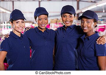 jovem, fábrica têxtil, colegas trabalho