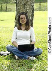 jovem, faculdade, menina asiática, usando computador portátil, ao ar livre