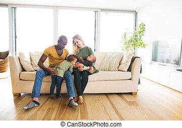 jovem, família interracial, com, pequeno, crianças, em,...