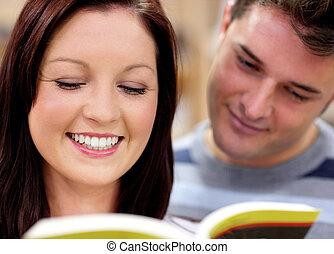 jovem, feliz, par, lendo um livro