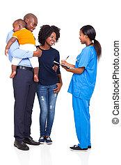 jovem, femininas, enfermeira, conversando, com, africano, família