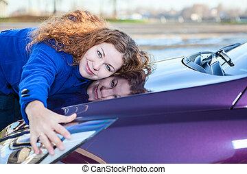 jovem, femininas, motorista, abraçar, capuz, de, carro novo