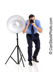 jovem, fotógrafo, trabalhando, em, estúdio