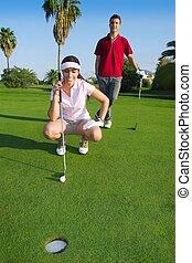 jovem, golfe, mulher olha, e, apontar, a, buraco