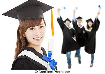 jovem, graduado, estudante menina, segurando, diploma, com, colegas