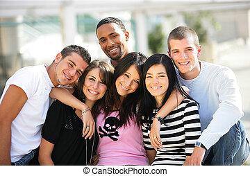 jovem, grupo amigos, pendurando, cidade