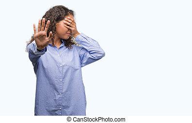 jovem, hispânico, mulher negócio, olhos cobre mãos, e, fazendo, gesto parada, com, triste, e, medo, expression., envergonhado, e, negativo, concept.