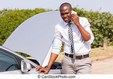 jovem, homem africano, chamando, para, assistência