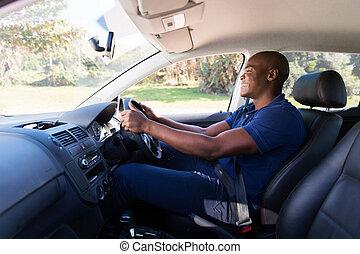 jovem, homem americano africano, dirigindo um carro