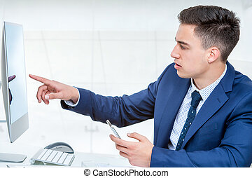 jovem, homem negócios, apontar, em branco, computador,...
