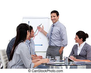 jovem, homem negócios, apresentando, estatísticas, em, um,...