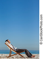 jovem, homem negócios, descansar, seu, cadeira convés