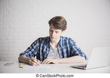 jovem, homem negócios, fazendo, paperwork