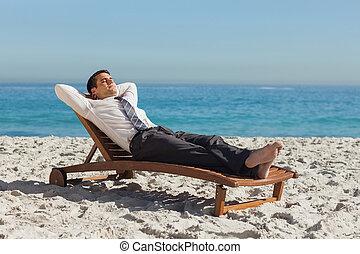 jovem, homem negócios, relaxante, ligado, um convés, cadeira