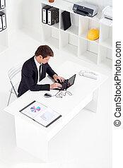 jovem, homem negócios, trabalhando, em, escritório