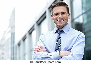 jovem, incorporado, homem, posar, confiantemente