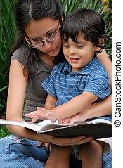 jovem, junto, filho, hispânico, mãe, leitura
