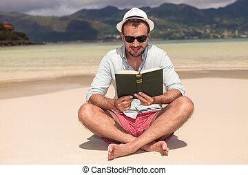 jovem, livro, sorrindo, leitura, praia, homem