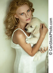 jovem, loiro, beleza, abraçando, um, branca, filhote cachorro, cão