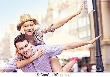 jovem, loucos, par, tendo divertimento, cidade