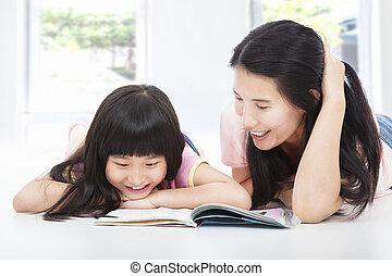 jovem, mãe, e, dela, filha, mentira, chão, e, lendo um livro