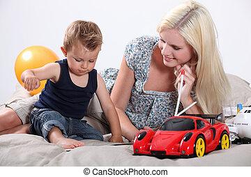 jovem, mãe jogando, com, bebê
