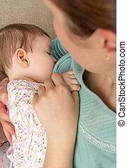 jovem, mãe, mamando, dela, bebê, casa