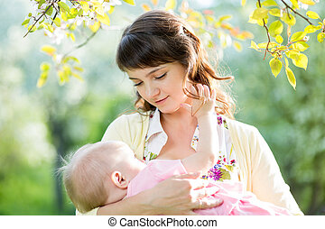 jovem, mãe, mamando, dela, menina bebê, ao ar livre