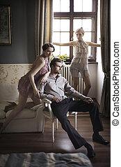 jovem, macho fêmea, modelos, posar, em, um, elegante, interior