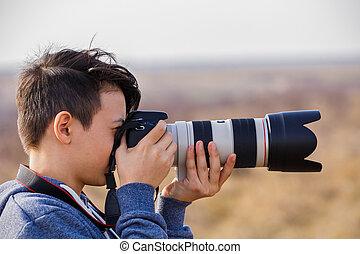 jovem, macho, fotógrafo, com, telephoto, em, natureza