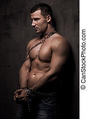 jovem, macho, modelo, poço, construir, com, correntes, sobre, seu, corporal
