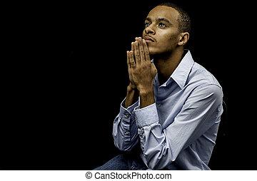 jovem, macho preto, orando