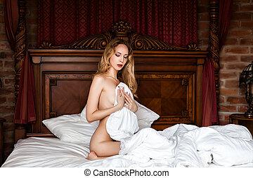 jovem, madeira, branca, cama, sentando, mulher, bonito