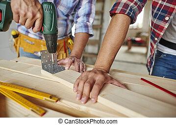 jovem, madeira, um, ajudado, perfurado, prancha, homem
