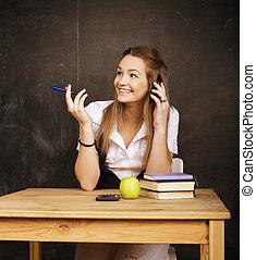 jovem, menina bonita, estudante, em, sala aula, em, quadro-negro