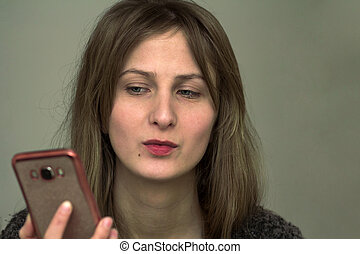 jovem, menina bonita, olhar, dela, telefone móvel