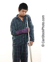 jovem, menino americano asian, com, braço quebrado