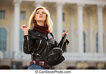 jovem, moda, loura, mulher, em, revestimento couro, ligado, cidade, rua