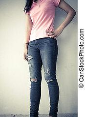 jovem, moda, mulher, pernas, em, calças brim, vindima, tom, fundo