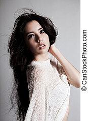 jovem, modelo moda, com, cabelo windswept