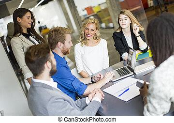 jovem, modernos, escritório, pessoas negócio