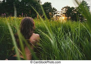 jovem, morena, mulher, desfrutando, a, mentindo, ligado, verde, fresco, olhar, sunset.