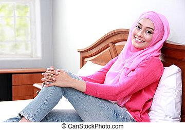 jovem, muçulmano, mulher relaxando, corporal, cama