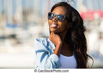 jovem, mulher africana, óculos sol cansativo