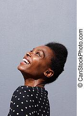 jovem, mulher africana, sorrindo, contra, experiência cinza