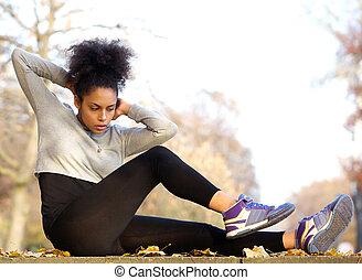 jovem, mulher americana africana, exercitar, sente ups