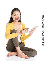 jovem, mulher asian, internet fazendo compras