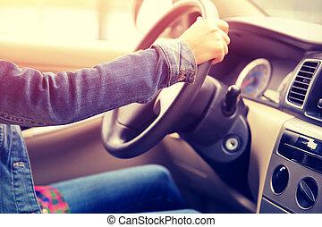 jovem, mulher asian, motorista, dirigindo